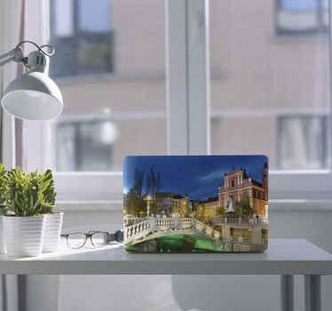 あなたのラップトップを素敵な方法で飾るための装飾的なトリプルブリッジリュブリャナラップトップスキン。それは最高品質のビニールで製造されており、簡単に適用できます。