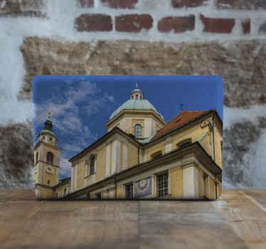 あなたのラップトップスペースをカバーするなんて素晴らしい装飾的なラップトップデカール。デザインは、スロベニアの首都にあるリュブリャナ大聖堂の眺めを示しています。