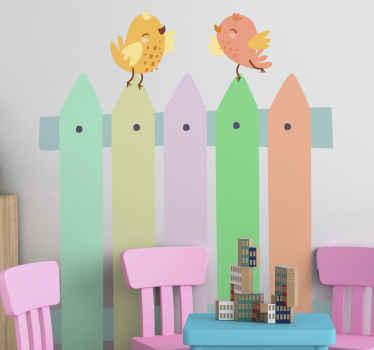 Colorido diseño de vinilo infantil de pájaros de pie en la valla de madera. Es original, autoadhesivo, duradero y fácil de aplicar.