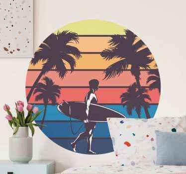 Dekorativer retro-aufkleberentwurf, der die sonne in den brechenden farbseparationen mit der anwesenheit der palme und einer person mit einem surfbrett illustriert.