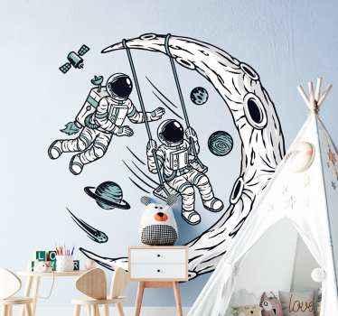 Autocollant décoratif illustratif d'espace pour la décoration de la maison et d'autres espaces. La conception illustre des astronautes de l'espace se balançant sur un croissant de lune.