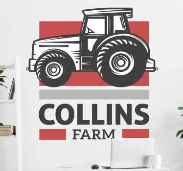 Aangepaste naam tractor zelfklevende sticker voor kinderen. Het ontwerp illustreert een tractor geparkeerd op een boerderij van een persoon en de naam kan worden aangepast.