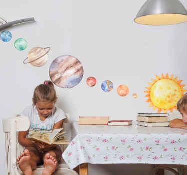 Puoi decorare la nostra decalcomania illustrativa dello spazio dei nove pianeti su una superficie nell'ordine e nel modo che desideri. Facile da applicare, adesivo e durevole.
