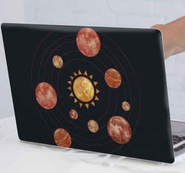 Sluneční soustava oranžové akvarel notebook kůže s černým pozadím. Krásný design, který ozdobí váš notebook ilustrací devíti planet.