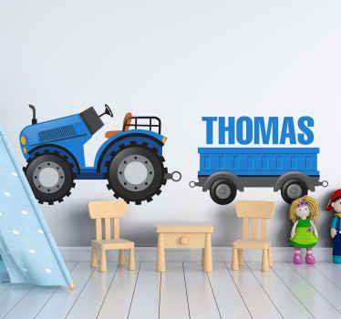 Vinilo para niños con tractor de juguete de color azul con remolque y nombre que podrás personalizar. Elige medidas ¡Envío exprés!