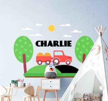 カスタマイズされた名前、木、雲、太陽のイラストが描かれたオリジナルデザインのおもちゃのトラクターステッカーで子供部屋を飾りましょう。