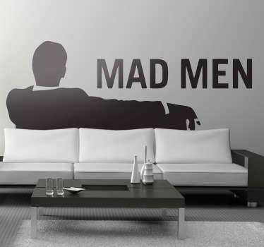 Sticker decorativo inspirado no logótipo da famosa série dos anos 60, Mad Men, perfeito para dar ao seu quarto uma atmosfera retro e original!