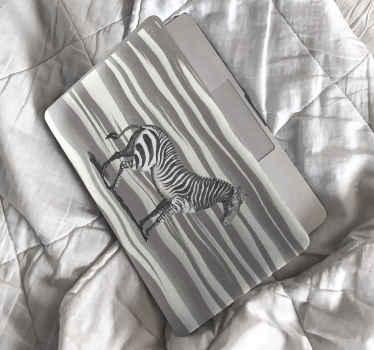 Vinilo para laptop de cebra vintage que representan una cebra caminando por la orilla del mar con olas ¡Descuentos disponibles!