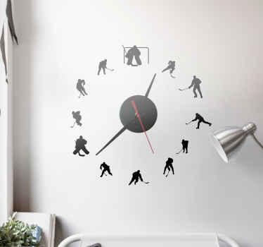 Dekorera ditt väggutrymme med denna härliga klistermärke för ishockeysportväggklocka. Det illustrerar olika hockeyspelare med hockey sina pinnar