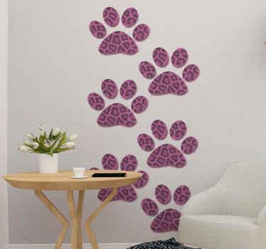 Huisdier sticker met zes dierenpoot afdrukken bedekt met een roze luipaardprint patroon. Verkrijgbaar in verschillende maten. Bestel nu!
