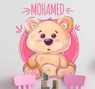 Vinilo para niños con oso con fondo rosa y nombre personalizable que le dará un toque súper tierno y agradable a la habitación de tu bebé.