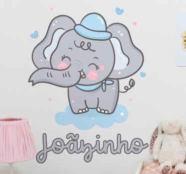 Vinilo bebé con el dibujo de un elefante bebé con un sombrero azul sobre una nube que incluye un nombre personalizable ¡Envío exprés!