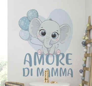 """Originale adesivo che raffigura un cucciolo di elefante con palloncini e la frase: """"Amore di Mamma"""" perfetto per arredare un tuo spazio."""