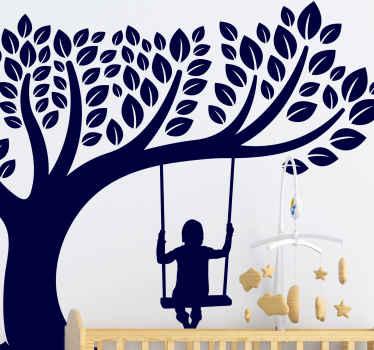 木の上で揺れる少女のイラストが描かれた美しい装飾用の木の壁のアートデカール。適用が簡単で、耐久性があり、色はカスタマイズ可能です。