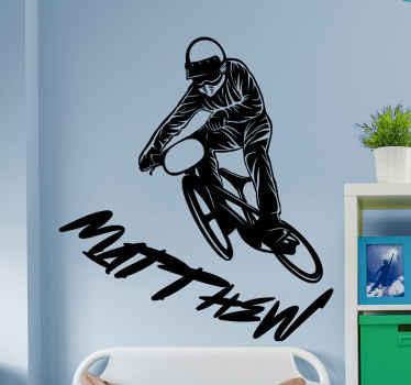 아래에 이름을 추가 할 수있는 옵션과 함께 자전거를 탄 멋진 남자의 이미지가있는 그래피티 스티커입니다. 10 % 할인을 신청하십시오.