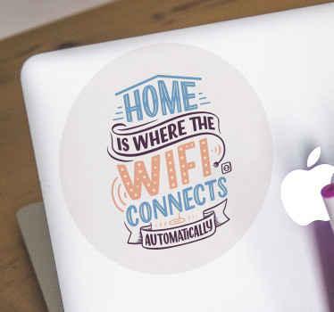 Vinilo para laptop que incluye el texto 'casa es donde el wifi se conecta automáticamente en tonos brillantes de púrpura, azul y naranja.
