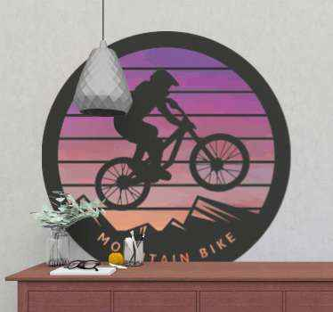 Zidna naljepnica na kojoj se nalazi slika muškarca na biciklu koji preskače planine. Vinil protiv mjehurića. Visokokvalitetni materijali.