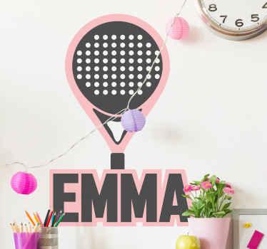 ラケットスポーツ選手とファンのための名前の壁のステッカーが付いているピンクのパデルラケット。このデザインはあなたの名前でカスタマイズ可能です。取り付けと取り外しは簡単です。