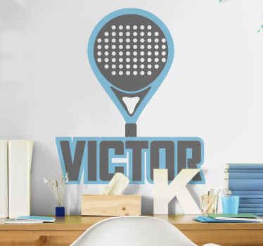 ラケットスポーツ選手のためのスポーツウォールステッカー。青いパデルラケットスポーツデカールは、あなた自身の名前やテキストでカスタマイズ可能です。
