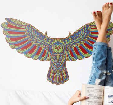 Bella decalcomania dell'illustrazione dell'uccello del gufo volante con un disegno modellato di colore etnico. Il prodotto è adesivo.