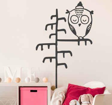 Adorable adhesif bébé illustrant un hibou sur une branche d'arbre. La conception est créée dans un style de dessin sommaire est personnalisable.