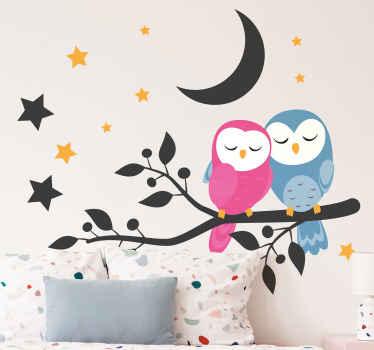Due gufi colorati in piedi su un ramo di un albero con graziose stelle e design a mezzaluna per la decorazione della tua casa.