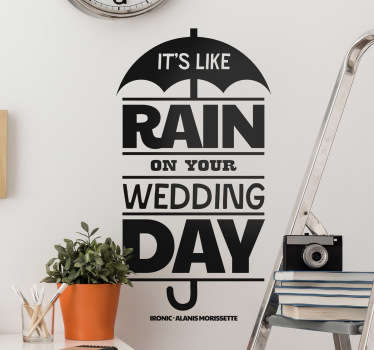 "Vinil decorativo de uma canção de Alanis Morissette ""It's like rain in your wedding day"" que significa ""é como chuva no teu dia de casamento""."