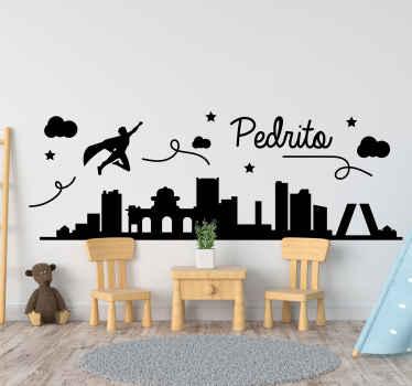 Decora la habitación de tu pequeño con este vinilo para niños con superhéroe volando por la ciudad de Madrid ¡Puedes personalizar el nombre!