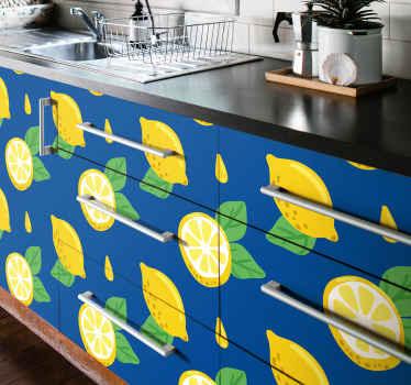 Si vous cherchez un moyen de rénover la surface de votre meuble de cuisine ou tout autre meuble, vous devriez envisager ce joli autocollant de fruits.