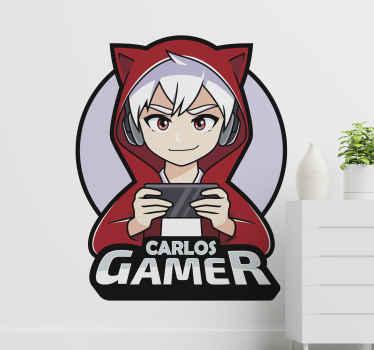 ビデオゲームをしているアニメの男の子のイラストと、名前でカスタマイズできる「カルロスゲーマー」というテキストが付いたパーソナライズされたステッカー。
