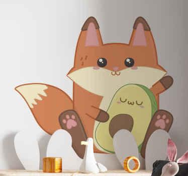 Un adhesif avec l'illustration d'un joli renard animé tenant un avocat avec un visage souriant, parfait pour décorer la chambre de vos enfants.