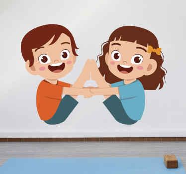 手をつないでヨガのポーズをとる男の子と女の子の愛らしいイメージが特徴のヨガウォールステッカー。 10%オフにサインアップしてください。