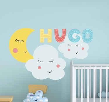 2つの雲のイラストと、眠っている顔とカスタマイズ可能な名前を含むテキストが付いた三日月のキッズウォールステッカー。