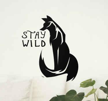 """Frase vinilo pared de zorro artístico ilustrado con un texto que dice """"mantente salvaje"""". El color y el tamaño son personalizables."""