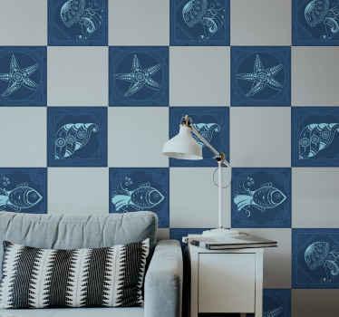ヒトデ、カタツムリ、カキなどの海洋要素のイラストと青色の海洋をテーマにしたビニールタイルステッカー。気泡防止ビニール。