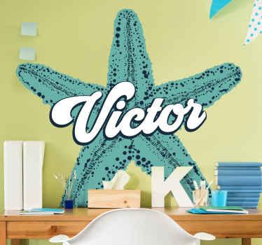 adhesif personnalisé qui comporte une image d'une étoile de mer bleue avec votre nom au centre dans une police cursive. +10 000 clients satisfaits.