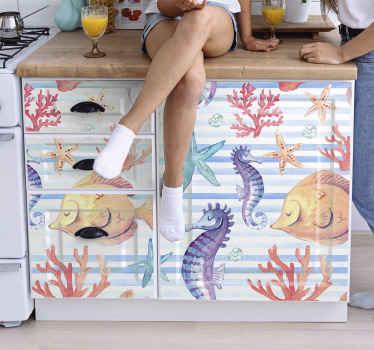 Um Vinil decorativo fascinante para móveis apresentando características de produtode várias espécies marinhas. Contém peixes marinhos, corais, cavalos-marinhos, estrelas do mar e conchas.