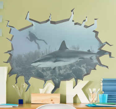 autocolante de peixe trompe l'oeil de tubarão submarino - o desenho ilustra uma parede quebrada com vista de um tubarão no fundo do mar com um mergulhador atravessando o oceano.