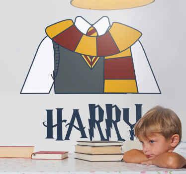 Zidna naljepnica harry potter koja sadrži sliku klasične gryffindorske školske uniforme s vašim personaliziranim imenom ispod.