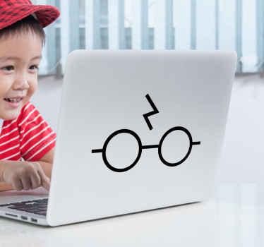 Naljepnica za prijenosno računalo harry potter koja sadrži sliku naočala i ožiljka harryja pottera, stvari zbog kojih je lik vrlo prepoznatljiv!