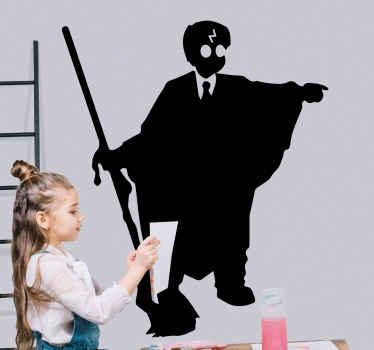 Naljepnica harryja pottera na kojoj se nalazi silueta samog dječaka čarobnjaka koji drži palicu od metle. Odaberite svoju veličinu. Visoka kvaliteta.