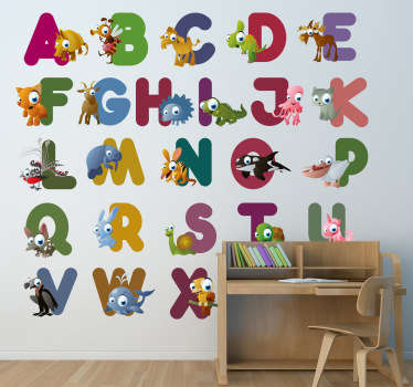 Et uddannelsesmæssigt vægklistermærke, der illustrerer hvert bogstav i alfabetet med et dyr med samme initial. Sjovt mærkat til at dekorere dine børns soveværelse, børnehave eller studieområde.