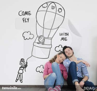Una felice coppietta in viaggio su un pallone aerostatico, accompagnata dalle parole come fly with me. Uno sticker decorativo basato su un disegno originale di Deia.