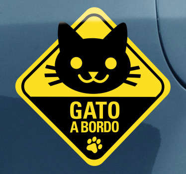 Indica con esta pegatina al resto de conductores que en tu vehículo viaja tu mascota. Pegatina gato a bordo ideal para la decoración de tu coche.