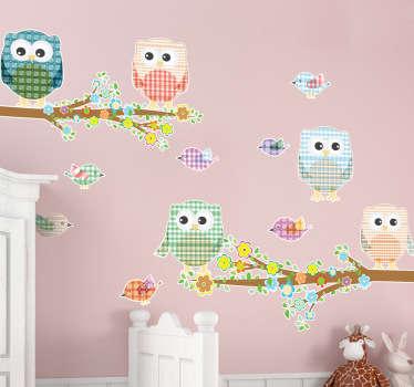 Colección de pegatinas de distintos búhos y pájaros con estampado de cuadros y margen blanco.*Las medidas indicadas son sobre el conjunto de diseños.