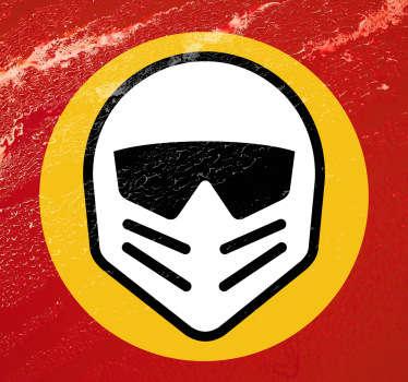 Llamativa pegatina de fondo amarillo circular y un casco de motorista iconográfico.