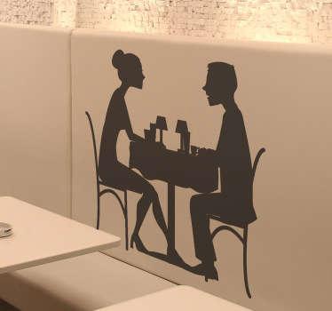 Een leuke muursticker van een verliefd koppeltje dat samen aan tafel zit. Een mooi idee voor het decoreren van uw keuken, restaurant of café.