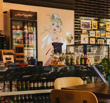Wandtattoo für das Oktoberfest. Es zeigt ein Mädchen, dem das Bier in der Hand sehr gut schmeckt, mit tiefem Ausschnitt.