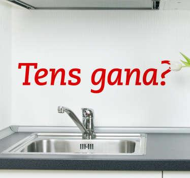 Adhesivo de texto en catalán dónde le preguntamos a los comensales si tienen hambre.