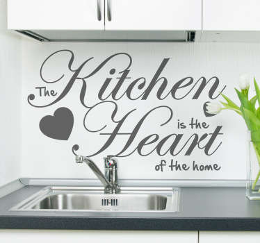 "Elegante design in sticker riportante una frase in inglese che recita: ""The kitchen is the heart of the home"""